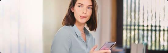 Visuel femme avec un téléphone dans les mains - Bouygues Telecom