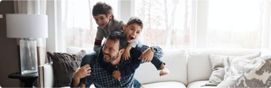 Visuel d'un père et ses 2 enfants jouant sur un canapé - Bouygues Telecom