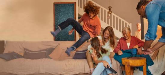 Visuel d'une famille sur un canapé - Bouygues Telecom
