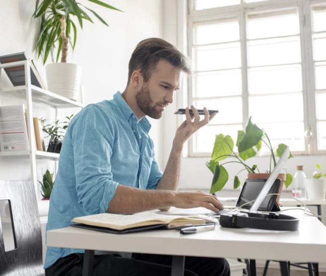 Visuel homme assis a son bureau – Bouygues Telecom