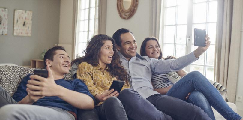 Visuel couples heureux sur un canapé - Bouygues Telecom