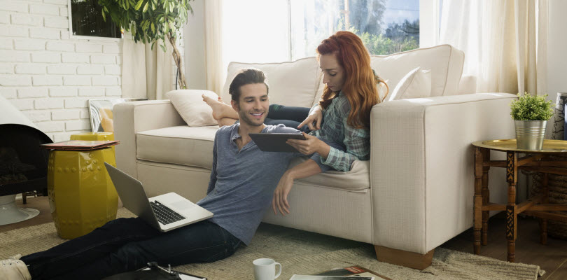 Visuel famille heureuse devant ordinateur - Bouygues Telecom
