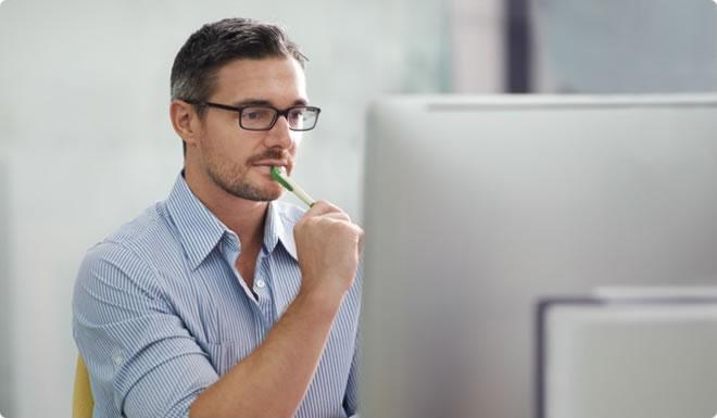 Visuel homme devant son ordinateur – Bouygues Telecom