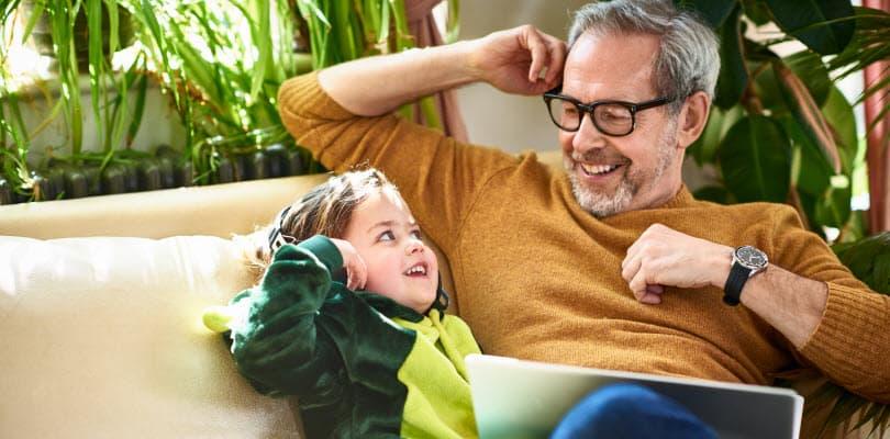Visuel père fils sur un canapé - Bouygues Telecom