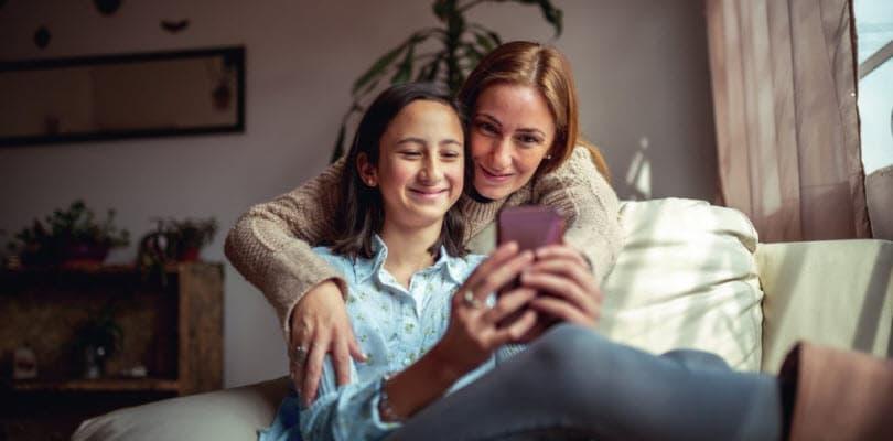 Visuel mère fille sur un canapé - Bouygues Telecom