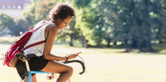 Visuel jeune femme a velo - Bouygues Telecom
