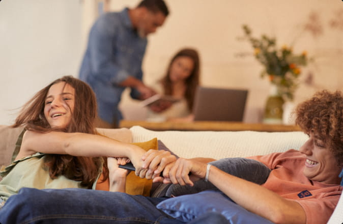 Image de famille qui regarde la TV avec la Bbox - Bouygues Telecom