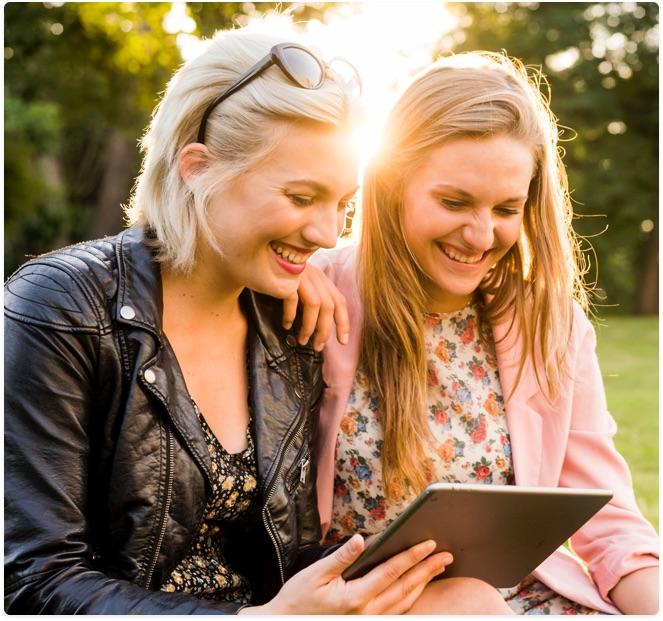 Visuel de deux jeunes filles qui rigolent en regardant une tablette - Bouygues Telecom