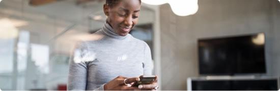 Visuel femme au téléphone - Bouygues Telecom