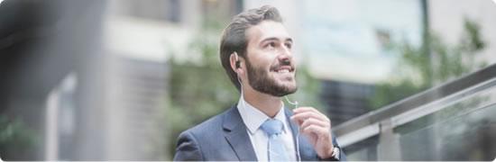 Visuel homme avec un kit oreillette - Bouygues Telecom