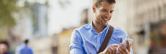 Visuel homme avec un smartphone - Bouygues Telecom