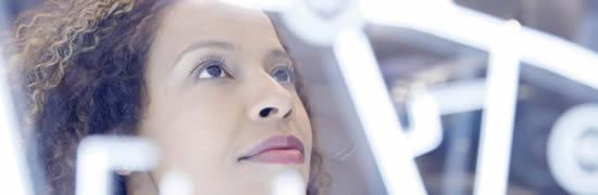 Visuel femme regardant des neons - Bouygues Telecom