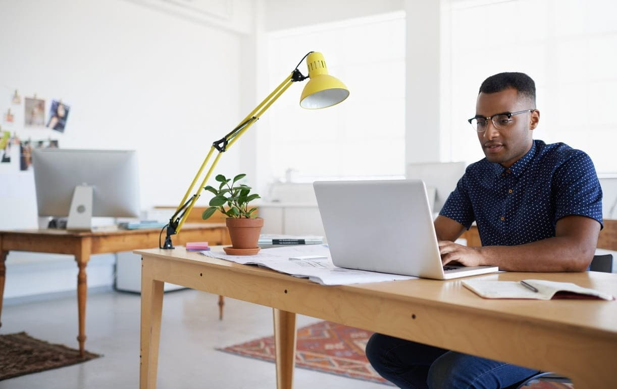 Ordinateur sur un bureau en partage de connexion 4G