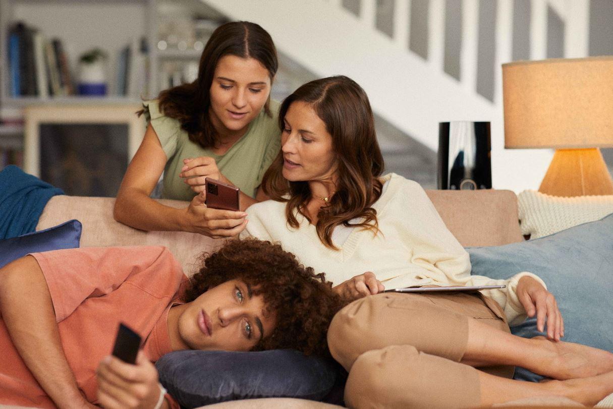 Famille sur le canape regardant la tv