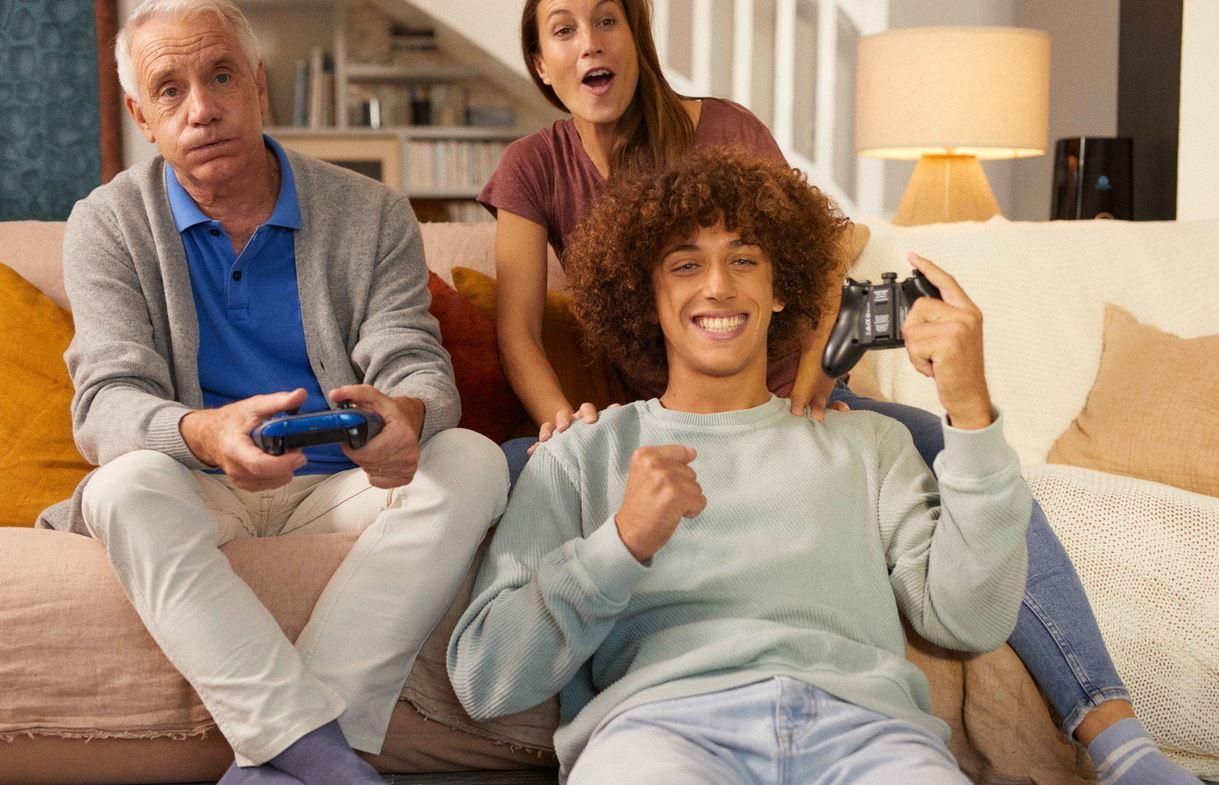 Famille jouant a la console