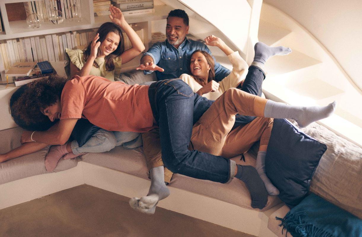 Famille jouant sur le canape