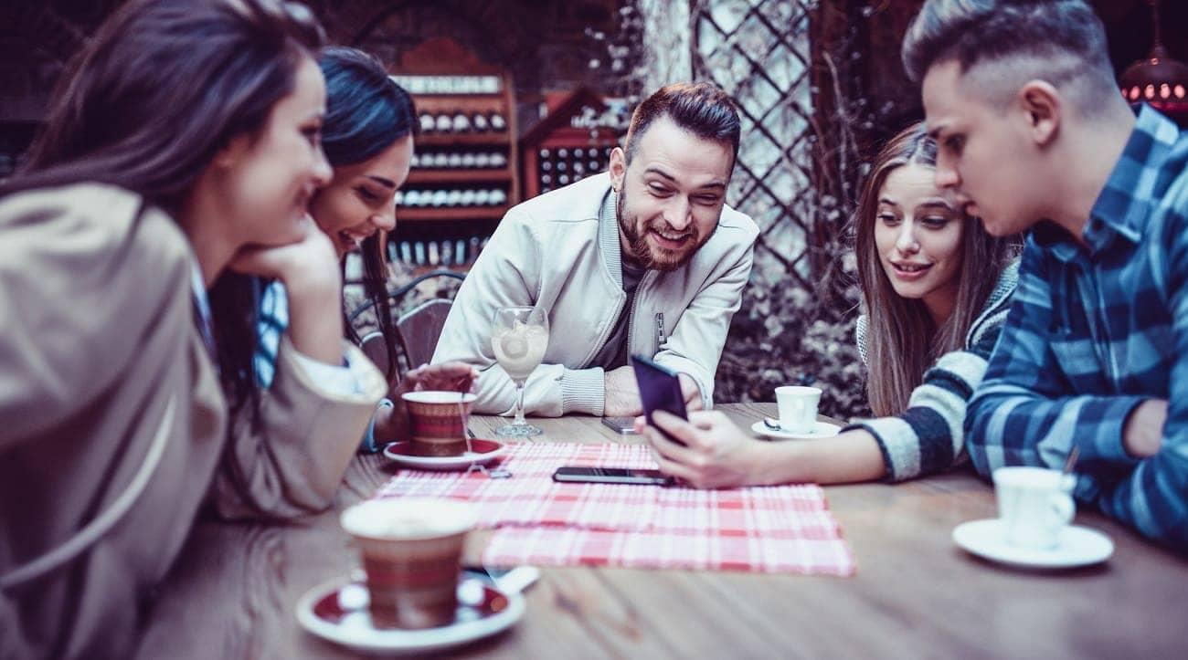 groupe jeunes adultes table bar restaurant