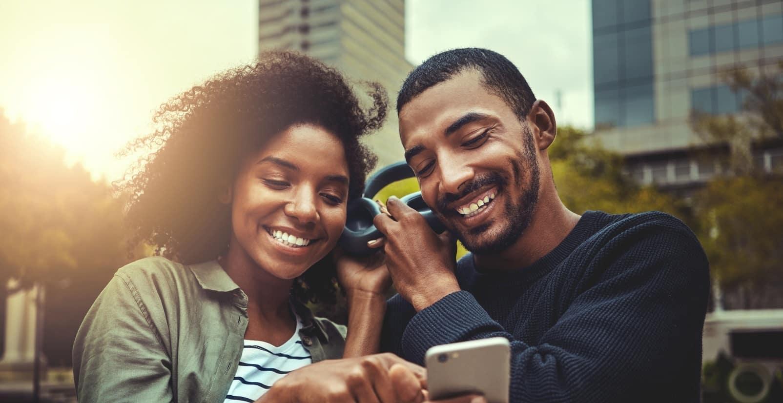 homme femme casque audio smartphone ville