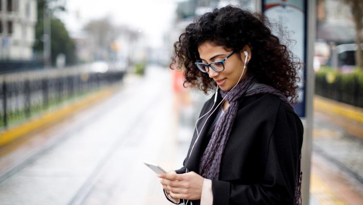 image de femme smartphone quai train tramway opt