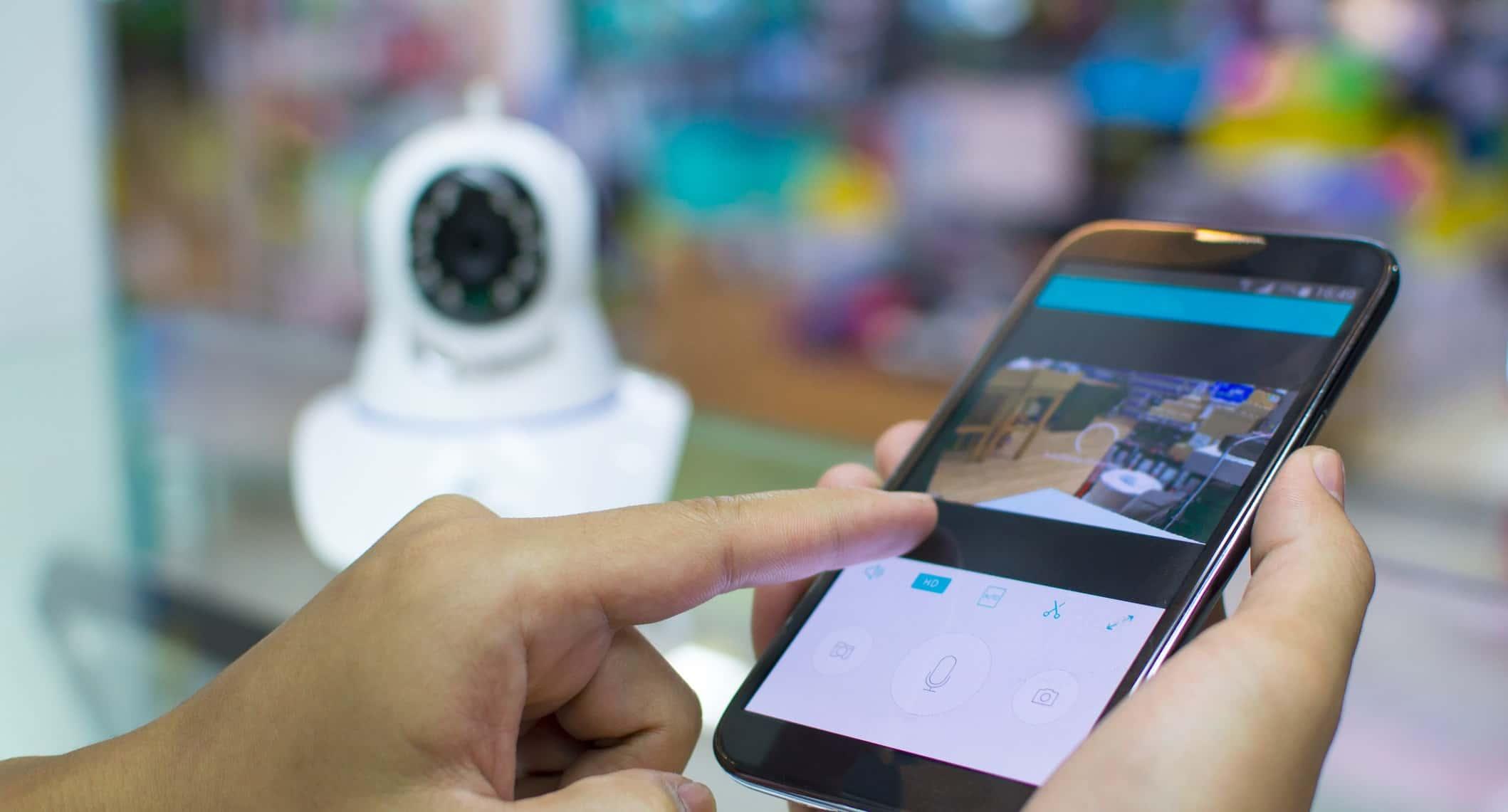image de mains tenant smartphone camera