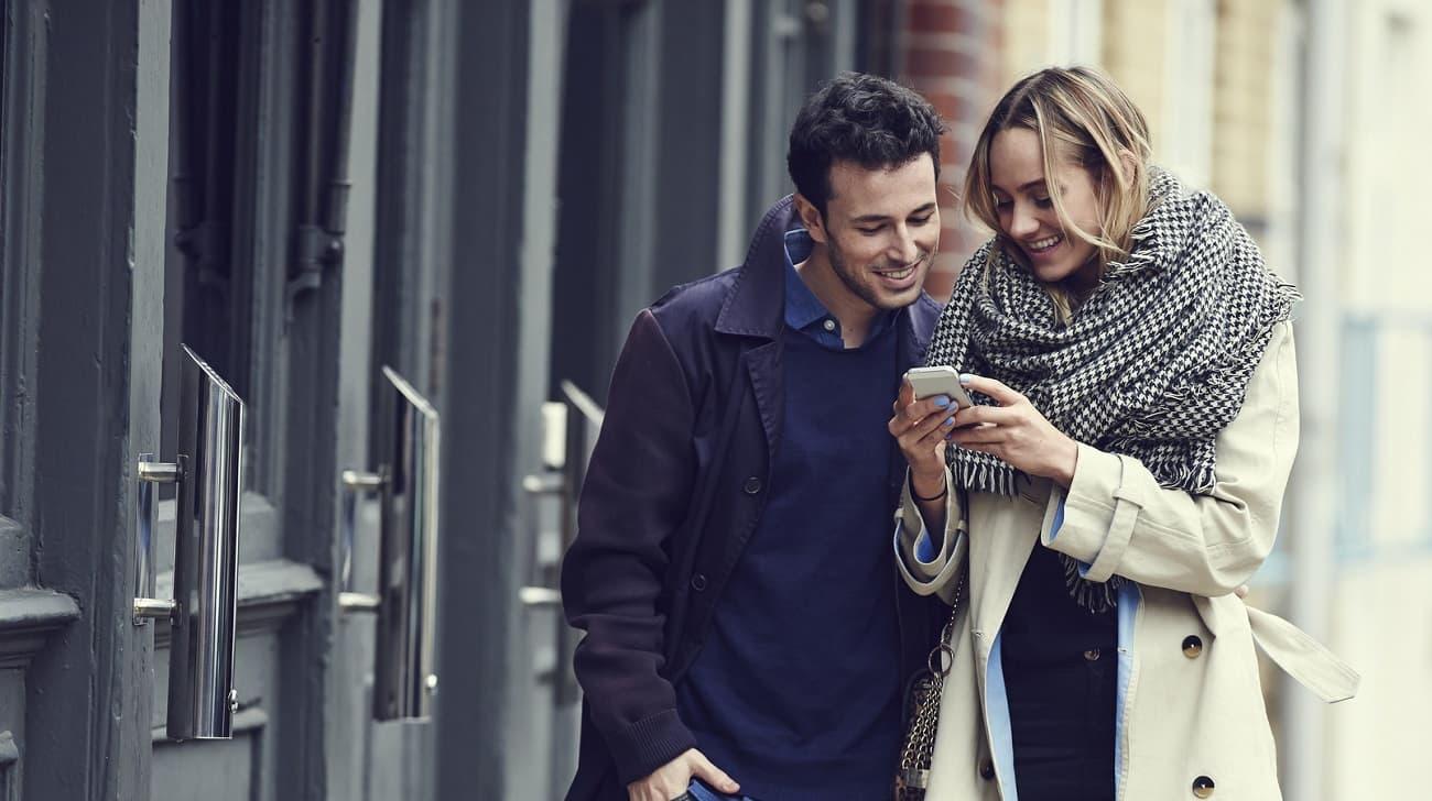 jeune couple smartphone mains