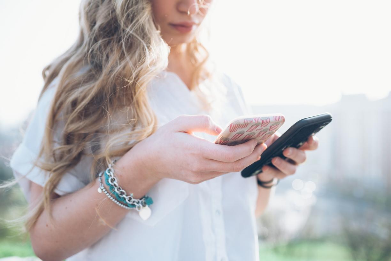 Image de femme utilisant son smartphone