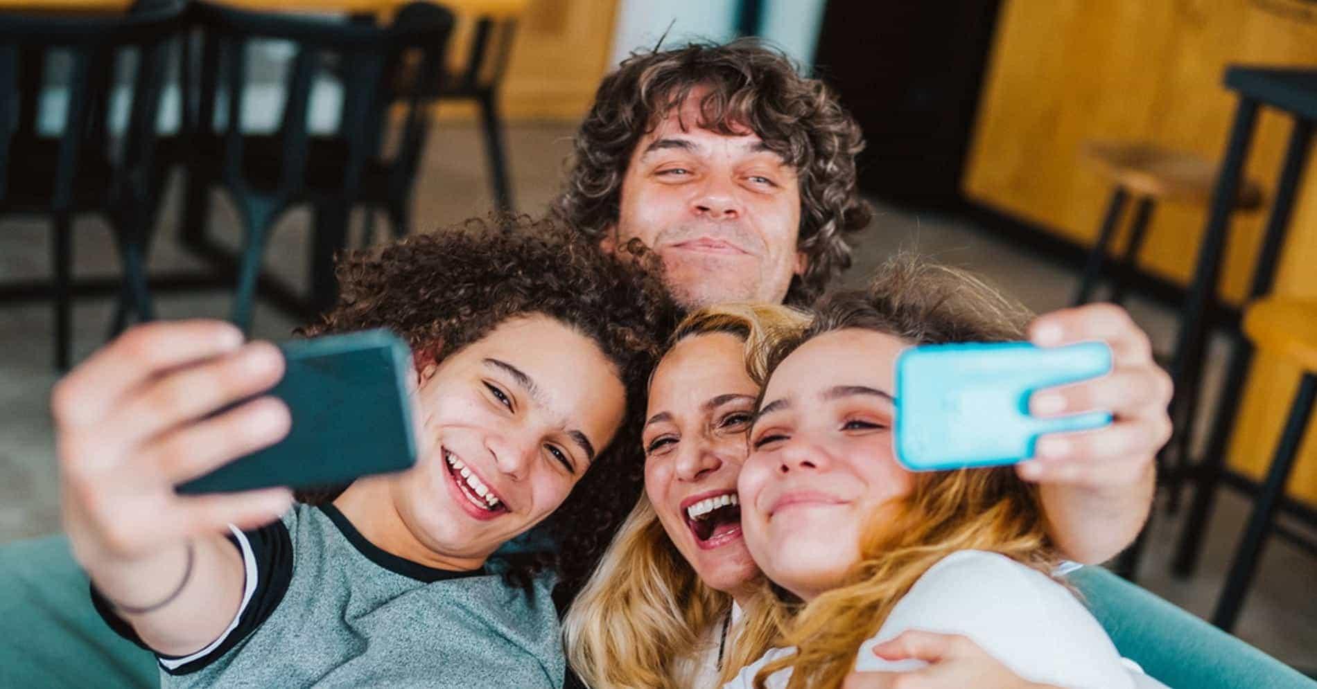 selfi famille canape smartphone