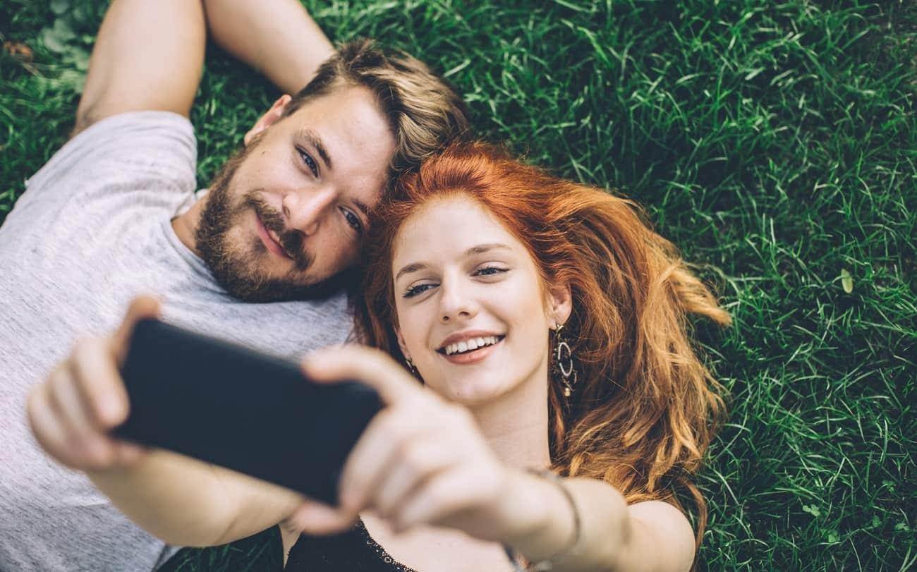 selfi homme femme jeune herbe verte