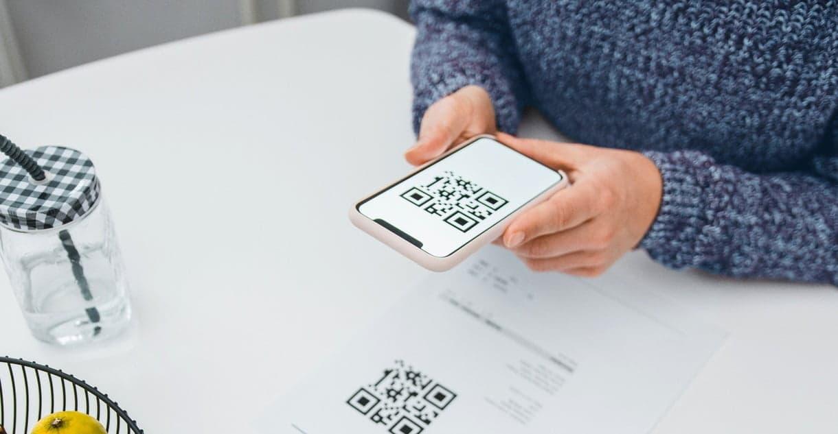 smartphone scan qr code femme mains