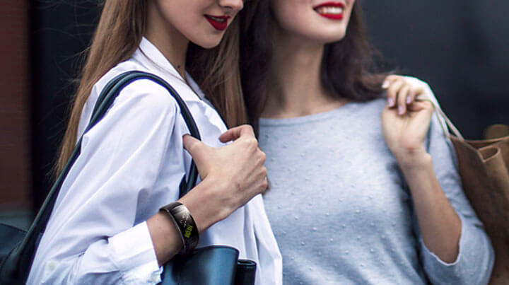 Samsung Gear Fit2 - Un design noir rainuré pour un look élégant et discret
