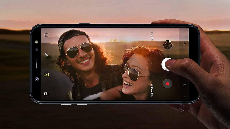 Un selfie est pris dans le désert avec un Galxy A6 tenu à l'horizontal, la prise en main est simple.