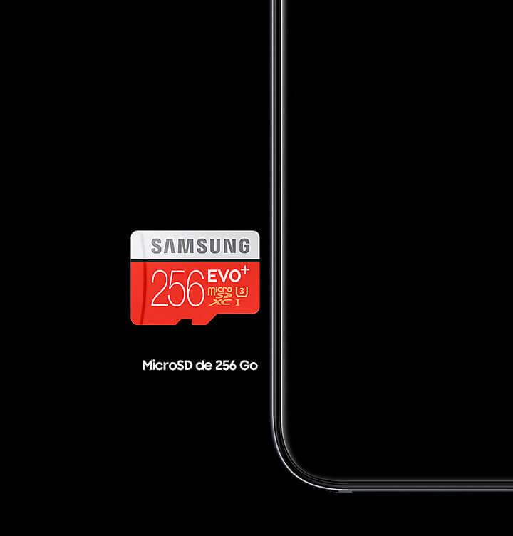 Un Galaxy A6 Noir à côté duquel une carte microSD 256 Go