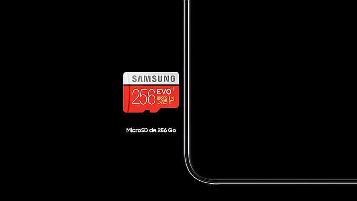 A6 2018 - Un Galaxy A6 Noir à côté duquel une carte microSD 256 Go