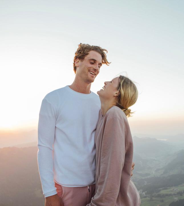 Couple heureux au sommet d'une montagne