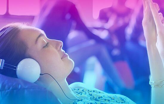 fille allongee ecoutant musique avec casque audio