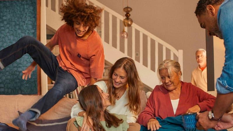 Famille discutant sur un canapé