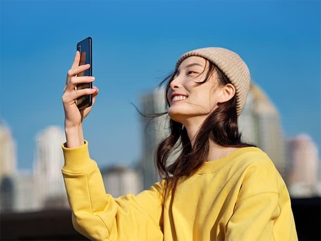 visuel d'une femme prenant une video avec oppo reno4z 5g