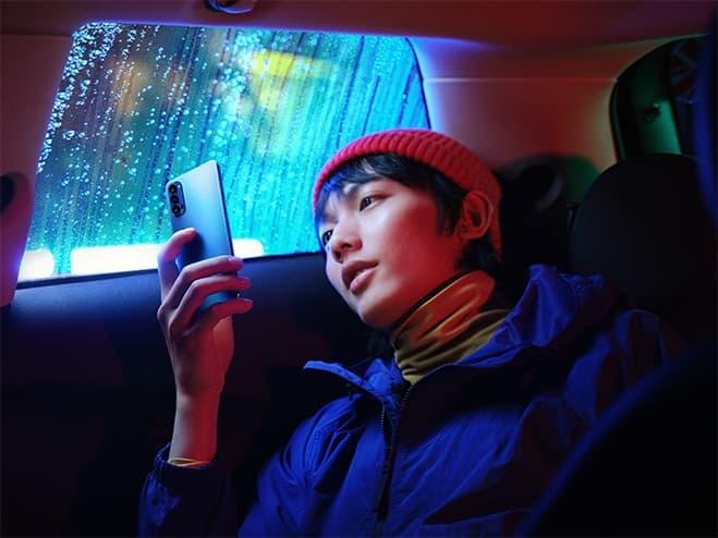 visuel d'un utilisateur oppo reno4z 5g en voiture