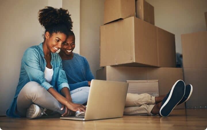 Cartons de déménagement et couple souriant