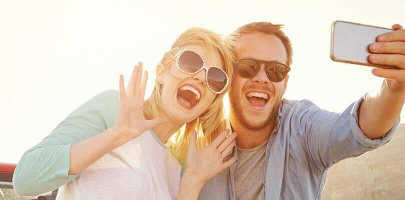couple de touriste heureux selfie