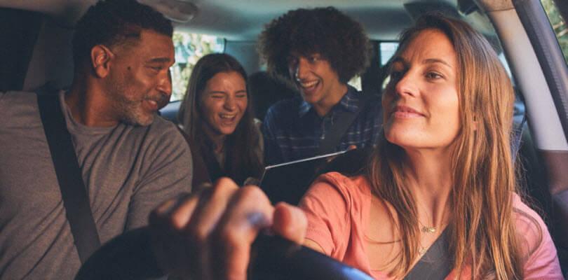 famille en voiture avec enfants sur tablette