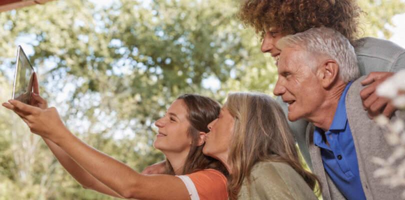famille de profile prenant un selfie dans le jardin