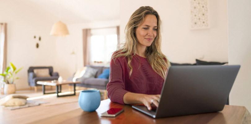 femme ordinateur portable salon smartphone bol