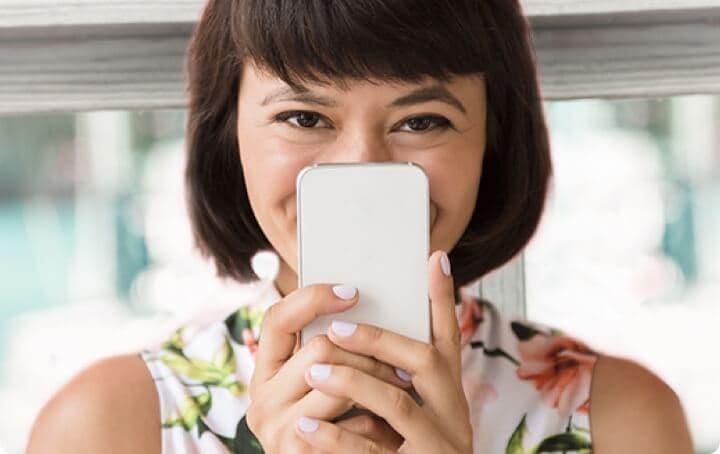 Femme souriante avec smartphone