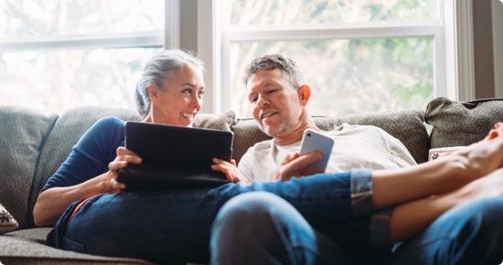 visuel couple agé utilisant une tablette et un smartphone