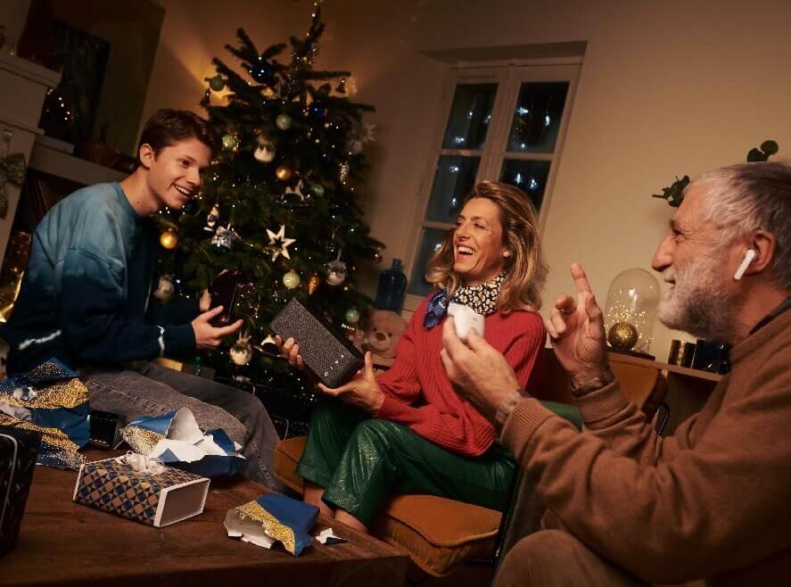Ouverture des cadeaux de Noël en famille