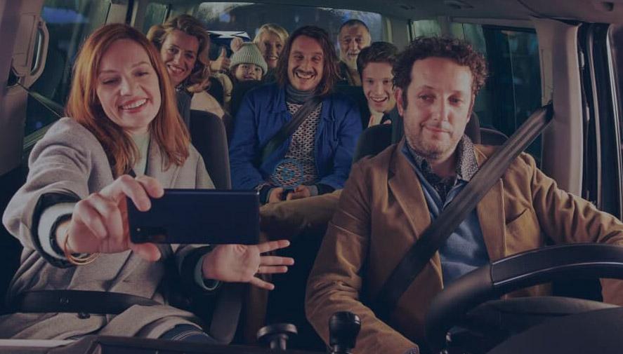 Selfie en famille dans une voiture